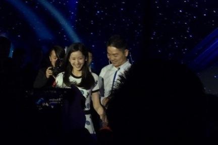 """刘强东牵手""""奶茶""""出席京东年会,演讲称4年后做到B2C全国第一"""