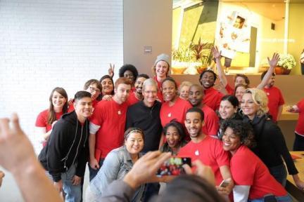 世界艾滋病日,苹果在推多款红色主题产品,并为慈善机构募集资金