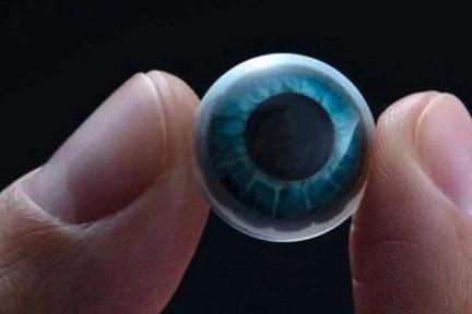 戴上这幅造价上亿美元的隐形眼镜,你眨下眼睛就能联网