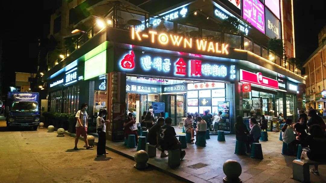 韩国三级酒吧里的暧昧一位店长模样的工作人员告诉红餐网虽然工作日和周末每天客流量不一样但现在基本天天爆满聊不到两句她就抽身进店忙活去了.(图7)