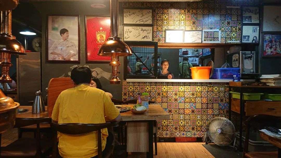 韩国三级酒吧里的暧昧一位店长模样的工作人员告诉红餐网虽然工作日和周末每天客流量不一样但现在基本天天爆满聊不到两句她就抽身进店忙活去了.(图17)