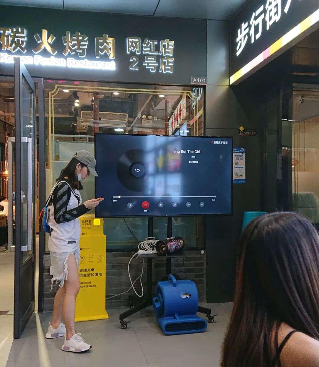 韩国三级酒吧里的暧昧一位店长模样的工作人员告诉红餐网虽然工作日和周末每天客流量不一样但现在基本天天爆满聊不到两句她就抽身进店忙活去了.(图11)