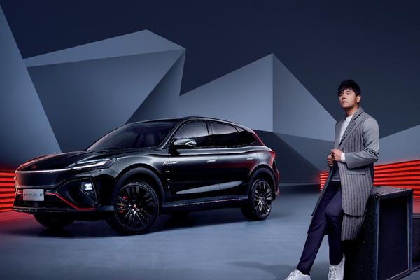 周杰伦「站台」,R汽车冲击2万年销量 | 2021上海车展